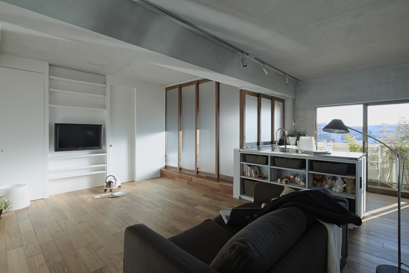 千葉・バスキッチンの家の部屋 リビングと連続するバスルーム(引き戸が閉まる)
