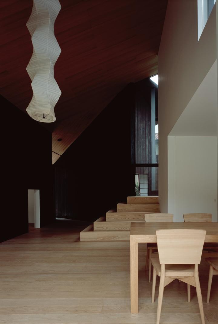城ヶ崎海岸の家の部屋 明暗と素材の変化による多様性