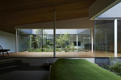 シームレスに繋がる空間に置かれたベッド (東村山の家)