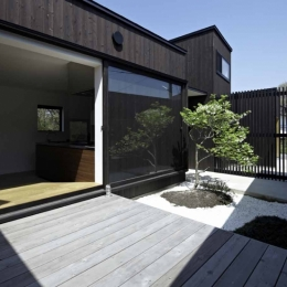 濡れ縁と坪庭のある風景 (富士見ヶ丘の家)