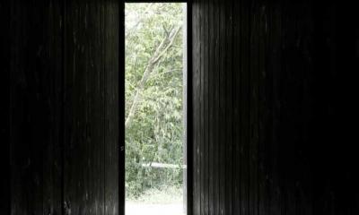 富士見ヶ丘の家 (扉の存在を消したすっきりとしたエントランス)