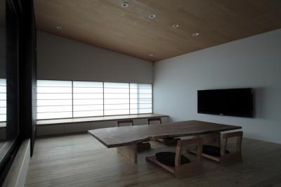 障子を透過した柔らかい光に包まれる床座の空間 (貫井の家)