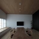 無垢板のテーブルと座椅子の空間