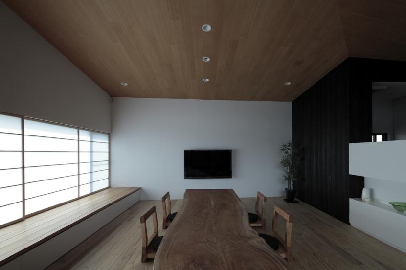 貫井の家の写真 無垢板のテーブルと座椅子の空間