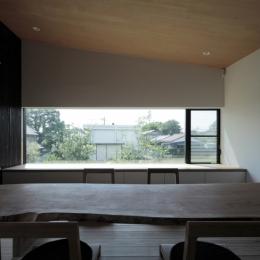 貫井の家 (床座に合わせて低く抑えた開口)