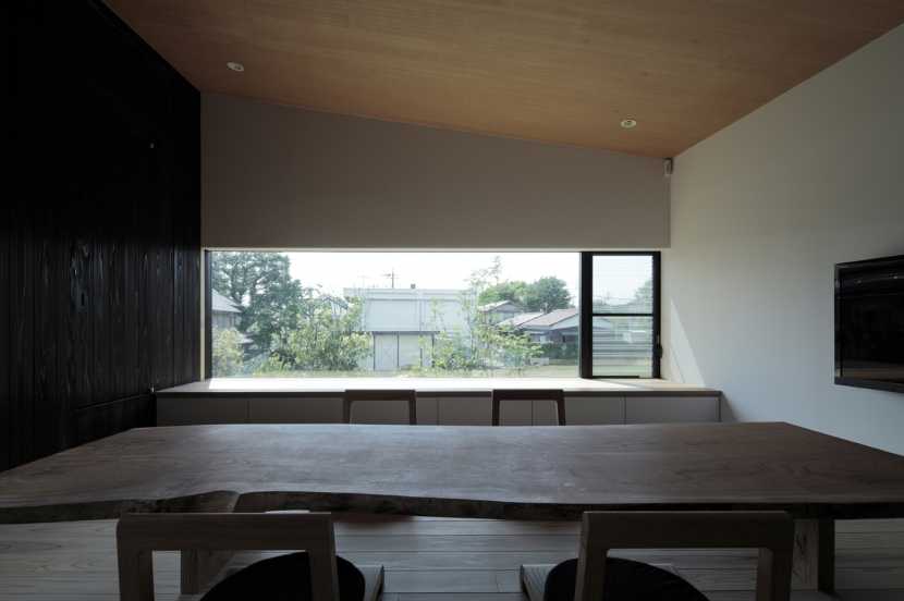 貫井の家の写真 床座に合わせて低く抑えた開口