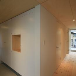 町田M-旗竿の空をみるリビングと緑を臨むインナーテラス-ホール・書斎