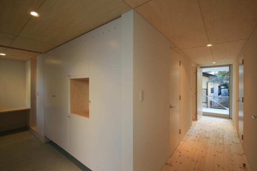 町田M-旗竿の空をみるリビングと緑を臨むインナーテラスの写真 ホール・書斎