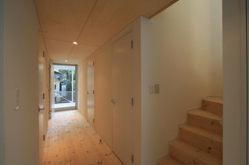 町田M-旗竿の空をみるリビングと緑を臨むインナーテラスの写真 ホール