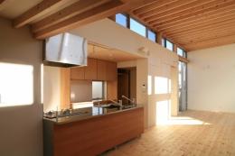 町田M-旗竿の空をみるリビングと緑を臨むインナーテラス (キッチン・リビング)