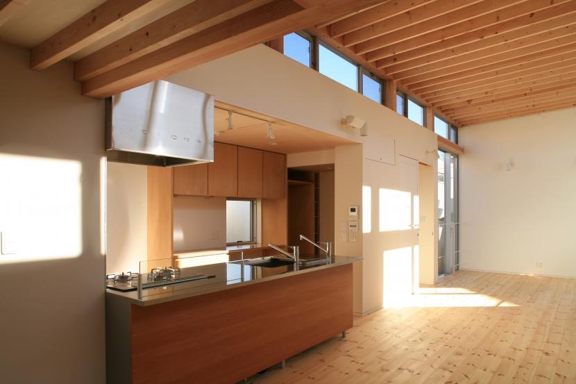 町田M-旗竿の空をみるリビングと緑を臨むインナーテラスの写真 キッチン・リビング