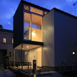 町田M-旗竿の空をみるリビングと緑を臨むインナーテラス-外観