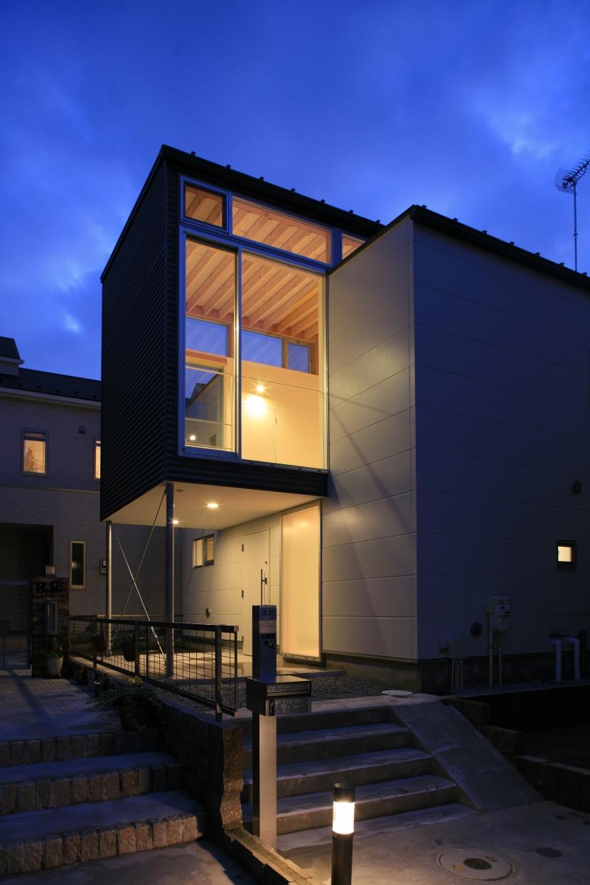町田M-旗竿の空をみるリビングと緑を臨むインナーテラスの写真 外観
