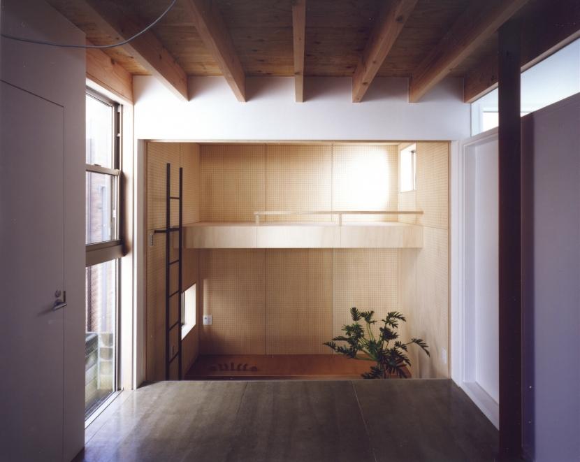 「4-コ ハウス」8坪の小さな家の部屋 1階ホールから子供室を見る
