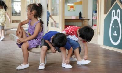 「こばとこどもえん」子供が楽しい多面体の空間 (小さなベンチで仲良く靴を履いてます)