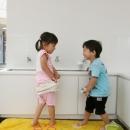 「こばとこどもえん」子供が楽しい多面体の空間の写真 子供の手洗い場