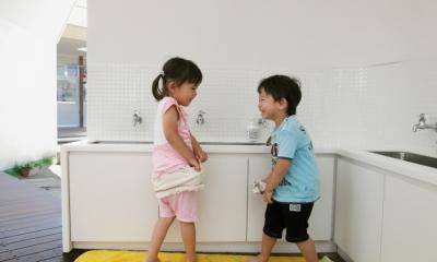 「こばとこどもえん」子供が楽しい多面体の空間 (子供の手洗い場)