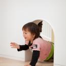 「こばとこどもえん」子供が楽しい多面体の空間の写真 トンネルくぐり