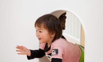 「こばとこどもえん」子供が楽しい多面体の空間 (トンネルくぐり)