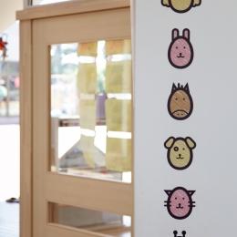 「こばとこどもえん」子供が楽しい多面体の空間 (かわいい動物のサイン・保育室の名前)
