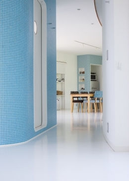 緑のカーテンの家 (ゆるやかに仕切られた空間)