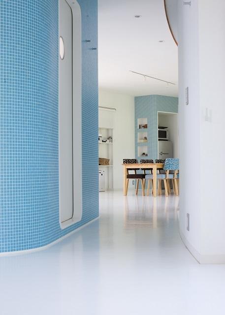 緑のカーテンの家の部屋 ゆるやかに仕切られた空間