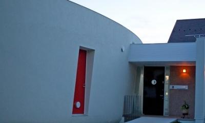 緑のカーテンの家 (玄関へのアプローチ)