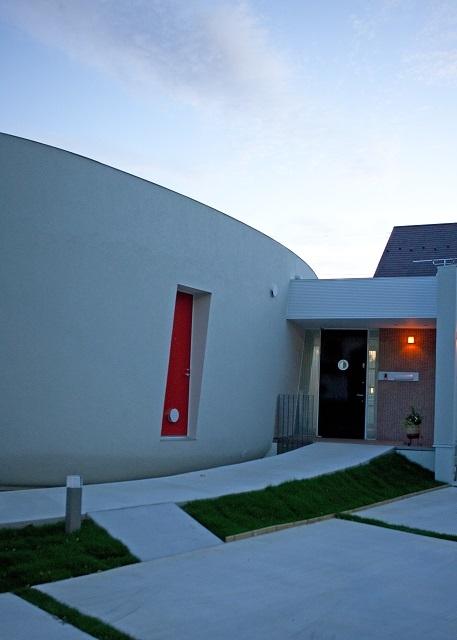 緑のカーテンの家の部屋 玄関へのアプローチ