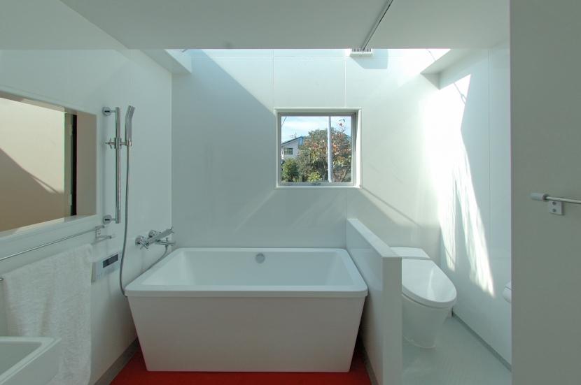 G邸・高台の家の写真 北側の明るいバスルーム