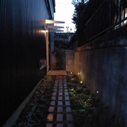 G邸・高台の家 (玄関へのアプローチ)