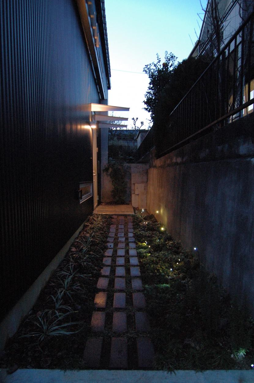 G邸・高台の家の部屋 玄関へのアプローチ