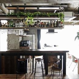 吊り棚にお酒とグラスを並べた、バーのようなキッチン