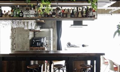 吊り棚にお酒とグラスを並べた、バーのようなキッチン|マンションリノベーション|名古屋市東区K邸