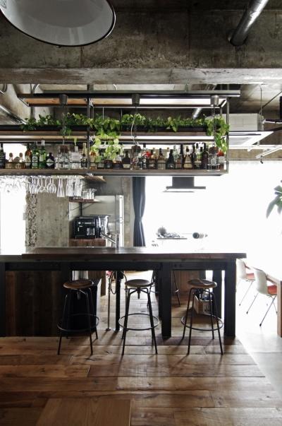 吊り棚にお酒とグラスを並べた、バーのようなキッチン (マンションリノベーション|名古屋市東区K邸)