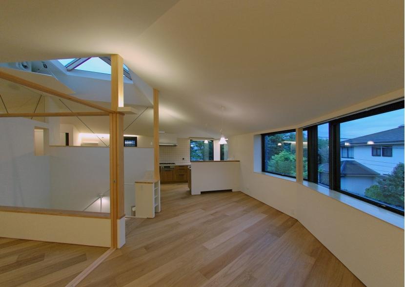 黒の宝石の部屋 階段・吹抜けを中心にぐるりと回れる二階の空間。