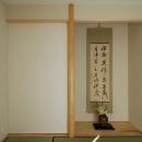 和室。床の間の横は壁に見えるが押入。