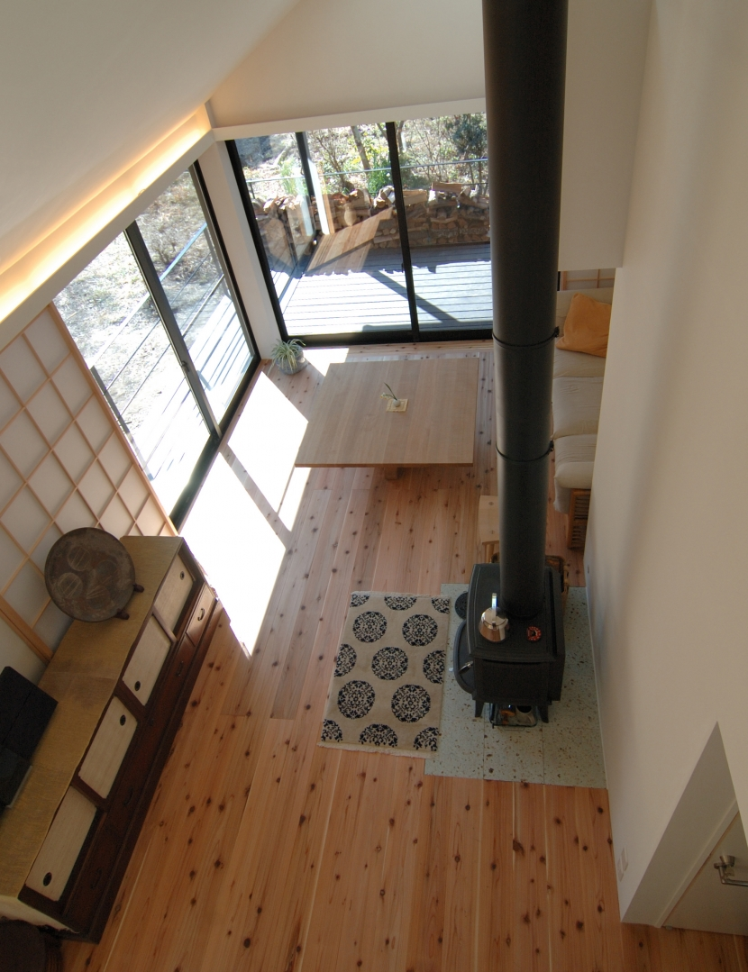 いすみの家の写真 吹抜けからリビングダイニングを見下ろす