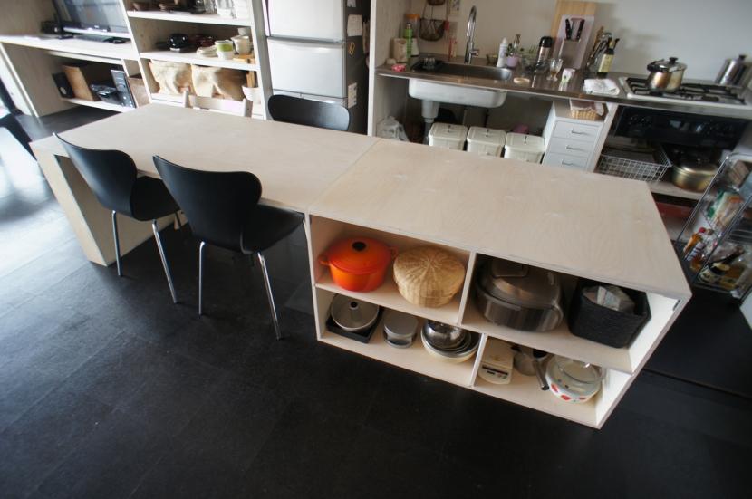 勾配天井の家の部屋 DSテーブル