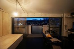 勾配天井の家 (夜景)