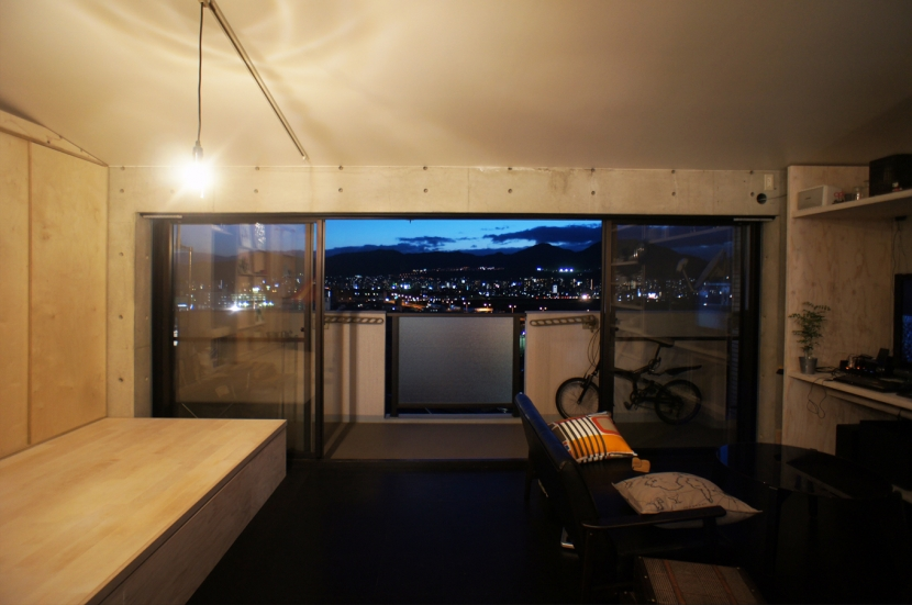 勾配天井の家の部屋 夜景