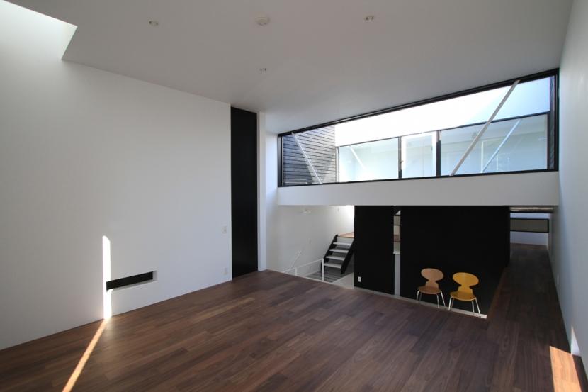 ハコノオウチ03 スモールオフィスのある家の写真 ウオールナットの床のリビング