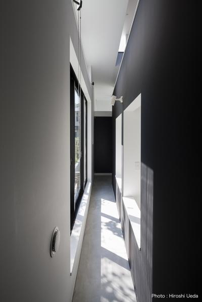 寝室の外のサンルーム空間 (ハコノオウチ03 スモールオフィスのある家)