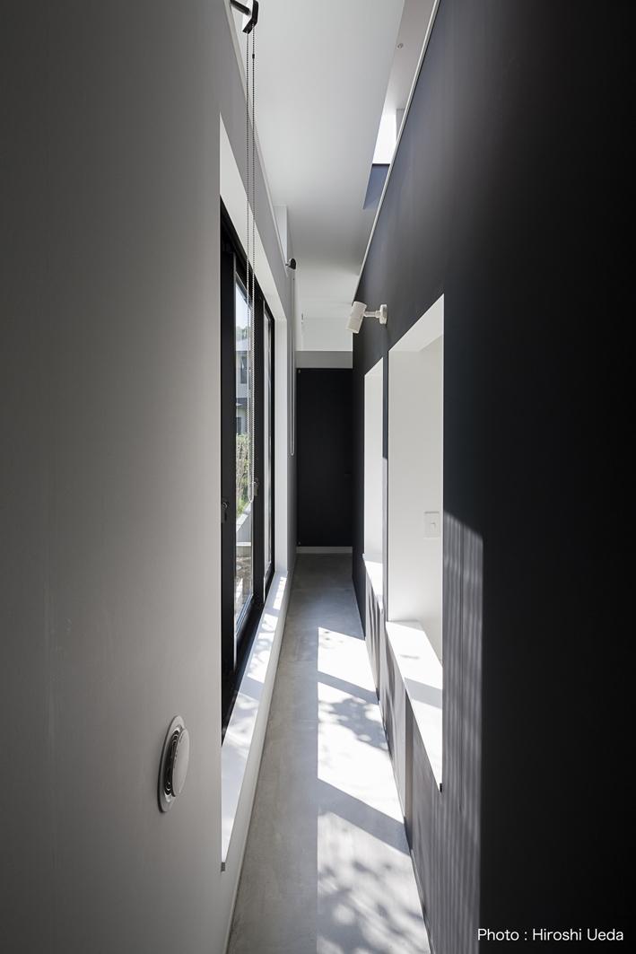 ハコノオウチ03 スモールオフィスのある家の写真 寝室の外のサンルーム空間