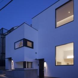 ハコノオウチ05 ルーフバルコニーのある二世帯住宅 (外観夜景)