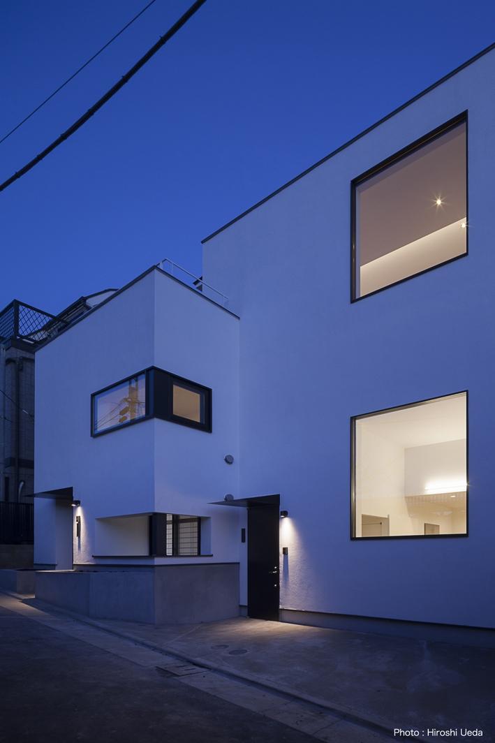 ハコノオウチ05 ルーフバルコニーのある二世帯住宅の写真 外観夜景