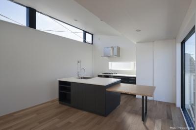 アイランド式のオーダーキッチン (ハコノオウチ05 ルーフバルコニーのある二世帯住宅)