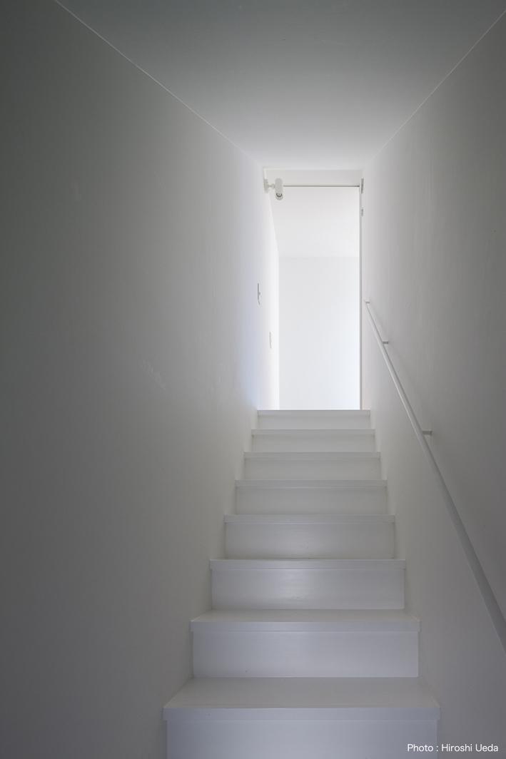 ハコノオウチ05 ルーフバルコニーのある二世帯住宅の写真 子世帯リビングへの階段