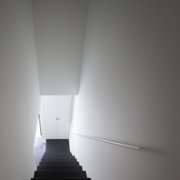 ハコノオウチ05 ルーフバルコニーのある二世帯住宅 (子世帯玄関からの階段)