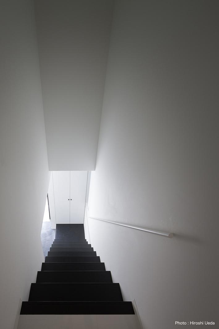 ハコノオウチ05 ルーフバルコニーのある二世帯住宅の写真 子世帯玄関からの階段