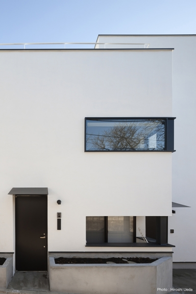 子世帯の玄関 (ハコノオウチ05 ルーフバルコニーのある二世帯住宅)